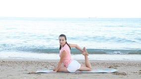 Το κορίτσι πηγαίνει μέσα για τον αθλητισμό στην παραλία θαλασσίως απόθεμα βίντεο