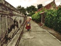 Το κορίτσι πηγαίνει προς τα εμπρός και γύρω από την αυξάνεται τις όμορφες εγκαταστάσεις Στοκ Εικόνες
