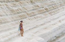 Το κορίτσι πηγαίνει σε μια κλίση του άσπρου απότομου βράχου αποκαλούμενη & x22 Dei Scala Turchi& x22  Στοκ εικόνες με δικαίωμα ελεύθερης χρήσης