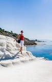 Το κορίτσι πηγαίνει σε μια κλίση του άσπρου απότομου βράχου αποκαλούμενη & x22 Dei Scala Turchi& x22  Στοκ φωτογραφίες με δικαίωμα ελεύθερης χρήσης