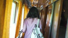 Το κορίτσι πηγαίνει στο βαγόνι εμπορευμάτων του τραίνου απόθεμα βίντεο
