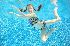 Το κορίτσι πηδά, βουτά και κολυμπά στη λίμνη υποβρύχια, το ευτυχές ενεργό παιδί έχει τη διασκέδαση κάτω από το νερό, αθλητισμός ο Στοκ φωτογραφίες με δικαίωμα ελεύθερης χρήσης