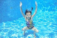 Το κορίτσι πηδά και κολυμπά στη λίμνη υποβρύχια, το ευτυχές ενεργό παιδί έχει τη διασκέδαση κάτω από το νερό Στοκ φωτογραφία με δικαίωμα ελεύθερης χρήσης