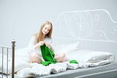 το κορίτσι πλέκει τις βε&la Στοκ φωτογραφίες με δικαίωμα ελεύθερης χρήσης