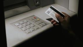 Το κορίτσι πληκτρολογεί τη νύχτα τον κωδικό ασφαλείας στο ATM απόθεμα βίντεο