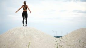 Το κορίτσι που αισθάνεται ελεύθερο κατά τρέξιμο επάνω στο λόφο και την εξέταση τη σκηνή φύσης απόθεμα βίντεο