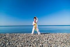 Το κορίτσι που εκπαιδεύει στην παραλία: Taekwondo, αθλητισμός Στοκ φωτογραφίες με δικαίωμα ελεύθερης χρήσης