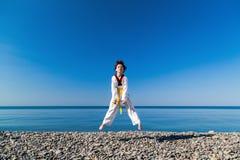 Το κορίτσι που εκπαιδεύει στην παραλία: Taekwondo, αθλητισμός Στοκ φωτογραφία με δικαίωμα ελεύθερης χρήσης