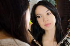 Το κορίτσι που εφαρμόζει mascara αποτελεί Στοκ φωτογραφίες με δικαίωμα ελεύθερης χρήσης
