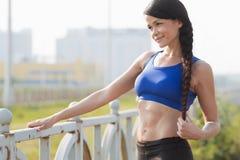 Το κορίτσι που θερμαίνει πριν από τον αθλητισμό Στοκ φωτογραφία με δικαίωμα ελεύθερης χρήσης