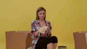 Το κορίτσι που κάνει τις επισκευές, και φορά τα γάντια κατασκευής φιλμ μικρού μήκους