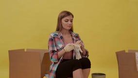 Το κορίτσι που κάνει τις επισκευές, και φορά τα γάντια κατασκευής απόθεμα βίντεο