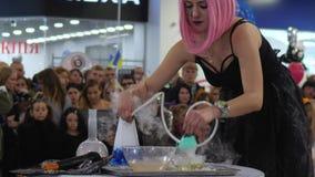 Το κορίτσι που κάνει τις φυσαλίδες σαπουνιών με το smok, παρουσιάζει για τους ανθρώπους στο εμπορικό κέντρο φιλμ μικρού μήκους