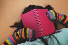 Το κορίτσι που κουράζεται για να μάθει Στοκ εικόνες με δικαίωμα ελεύθερης χρήσης