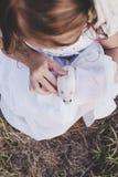 Το κορίτσι που κρατά την άσπρη χάμστερ - τοπ άποψη - αναδρομική κοιτάζει Στοκ Φωτογραφίες