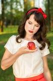 Το κορίτσι που κρατά τη Apple στα χέρια του Στοκ Εικόνες