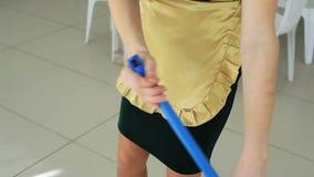 Το κορίτσι που πλένει το πάτωμα απόθεμα βίντεο