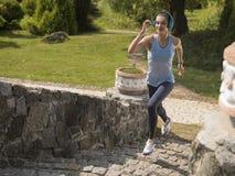 Το κορίτσι που τρέχει στο πάρκο Στοκ φωτογραφία με δικαίωμα ελεύθερης χρήσης