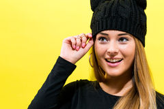 Το κορίτσι που φορά μια γάτα πλέκει το καπέλο Στοκ Εικόνα