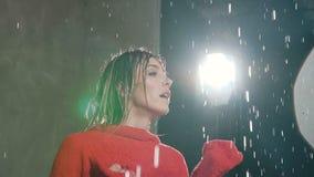 Το κορίτσι που χορεύει στη βροχή Υγρός χορός άσκησης χορευτών κατά τη διάρκεια της βροχής νερού στο στούντιο Σύγχρονος χορός απόθεμα βίντεο