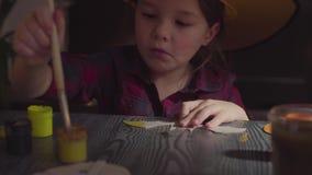 Το κορίτσι που χρωματίζει το ρόπαλο Να προετοιμαστεί για τον εορτασμό αποκριών απόθεμα βίντεο