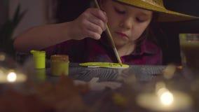 Το κορίτσι που χρωματίζει την κολοκύθα Να προετοιμαστεί για τον εορτασμό αποκριών φιλμ μικρού μήκους