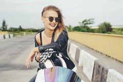 Το κορίτσι ποδηλατών σε ένα δέρμα ντύνει σε μια μοτοσικλέτα Στοκ φωτογραφίες με δικαίωμα ελεύθερης χρήσης