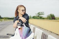 Το κορίτσι ποδηλατών σε ένα δέρμα ντύνει σε μια μοτοσικλέτα Στοκ εικόνα με δικαίωμα ελεύθερης χρήσης