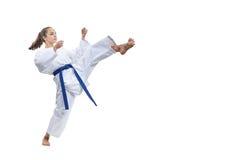 Το κορίτσι ποδιών λακτίσματος κτυπά στο karategi Στοκ φωτογραφία με δικαίωμα ελεύθερης χρήσης