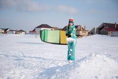 Το κορίτσι προετοιμάζει μια αφετηρία του χιονιού για Snowkiting Στοκ φωτογραφία με δικαίωμα ελεύθερης χρήσης