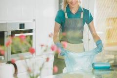 Το κορίτσι προετοιμάζει τις τσάντες απορριμάτων Στοκ Εικόνα