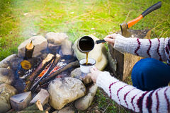 Το κορίτσι προετοιμάζει τον καφέ στη φύση Στοκ φωτογραφία με δικαίωμα ελεύθερης χρήσης