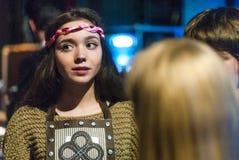 Το κορίτσι προετοιμάζεται για ένα μέρος πίσω από τις σκηνές Στοκ Εικόνες