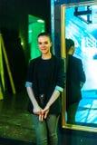 Το κορίτσι προετοιμάζεται για ένα μέρος πίσω από τις σκηνές Στοκ φωτογραφία με δικαίωμα ελεύθερης χρήσης