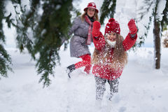 Το κορίτσι προκαλεί το χιόνι παιχνιδιού Στοκ Εικόνα
