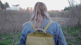 Το κορίτσι προκύπτει από τα ξύλα στην αστική χέρσα περιοχή το βράδυ Εγκαταλειμμένες θέσεις στην πόλη απόθεμα βίντεο