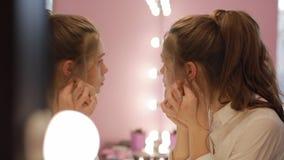 Το κορίτσι προσπαθεί στα σκουλαρίκια απόθεμα βίντεο