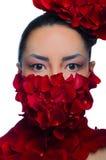 Το κορίτσι προσώπου και λαιμών που καλύφθηκε με το κόκκινο αυξήθηκε στοκ εικόνα