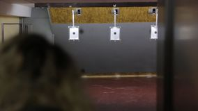 Το κορίτσι πυροβολεί έναν στόχο απόθεμα βίντεο