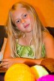 το κορίτσι πλέκει Στοκ φωτογραφία με δικαίωμα ελεύθερης χρήσης