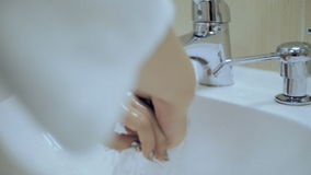 Το κορίτσι πλένει το σαπούνι από τα χέρια της απόθεμα βίντεο