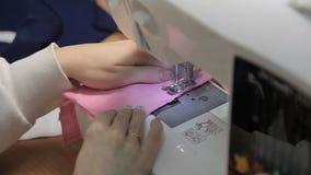 Το κορίτσι ράβει στη ράβοντας μηχανή φιλμ μικρού μήκους