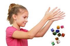 Το κορίτσι ρίχνει τα μικροσκοπικά δώρα Στοκ φωτογραφία με δικαίωμα ελεύθερης χρήσης