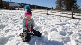 Το κορίτσι ρίχνει τη χιονιά στη κάμερα απολαμβάνοντας το θερμό χειμερινό καιρό έξω Κορίτσι που έχει τη διασκέδαση υπαίθρια κατά τ απόθεμα βίντεο
