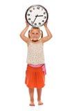 το κορίτσι ρολογιών δίνει στην εκμετάλλευσή του λίγο τοίχο Στοκ φωτογραφίες με δικαίωμα ελεύθερης χρήσης