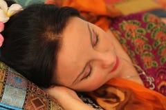 το κορίτσι ρολογιών συναγερμών βάζει τους κοντινούς ύπνους Στοκ Φωτογραφία