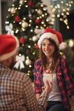 Το κορίτσι ρ λαμβάνει το δώρο για τα Χριστούγεννα στοκ εικόνα