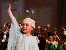 Το κορίτσι σε ένα άσπρο φόρεμα μιας πεταλούδας και του χεριού Στοκ Φωτογραφία
