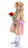 Το κορίτσι σε ένα καπέλο και με τα λουλούδια Στοκ φωτογραφία με δικαίωμα ελεύθερης χρήσης