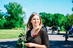 Το κορίτσι σε ένα κόμμα μια θερινή ημέρα Στοκ εικόνα με δικαίωμα ελεύθερης χρήσης